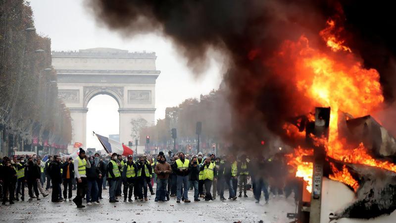 Fransa'da sular durulmuyor: Polisten biber gazlı müdahale!