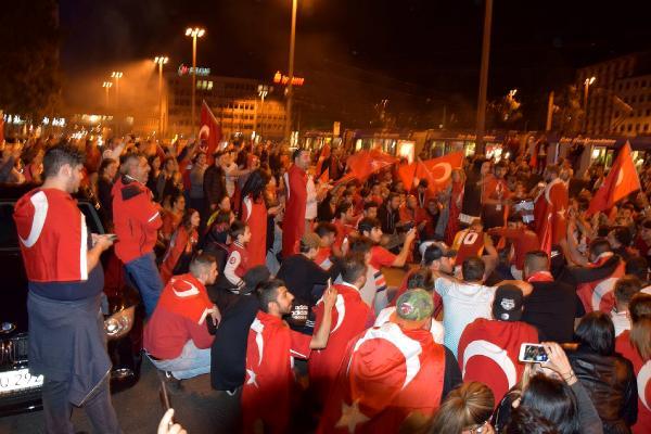 Almanya'da Türk taraftarlar sokağa döküldü